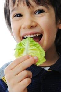 Junge isst Salat