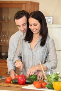 Paar macht Salat