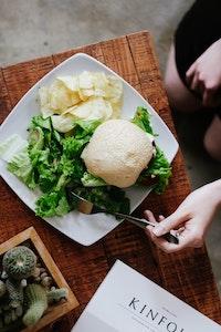 Es gibt ebenfalls moderne und traditionelle Salatteller