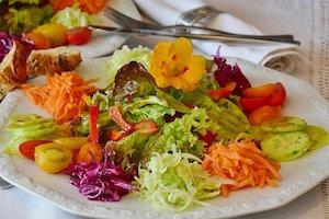 Salatteller gibt es in verschiedenen Größen